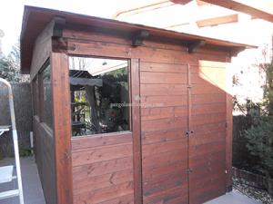 caseta de madera grande, con cerramientos acristalados, vista lateral