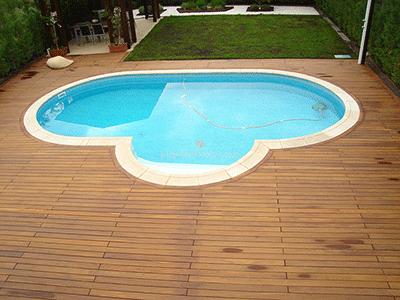 suelo de madera para la zona pegada a la piscina en casa independiente