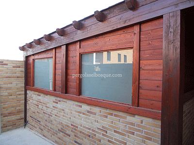 porche de madera de wengue y bubinga con cerramiento y ventanas
