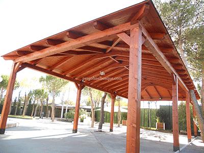 cenador para patio con tejado de madera en acabado natural