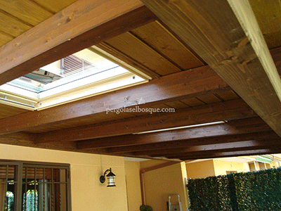 porche de madera con tragaluz para aprovechar la luz natural en el jardín