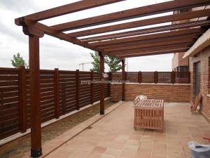 porche de terraza con valla en el mismo tono de madera