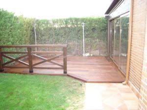 terraza con suelo y valla de madera a juego