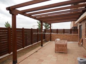 pérgola de madera en wengue adjunta a la casa para la zona de terraza