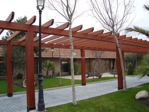 paseo de entrada a finca con pérgolas de madera hechas a medida