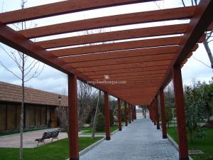 estructura de porche y pergola para avenida de piedra