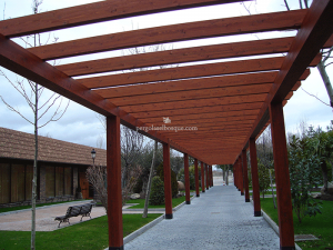 pérgolas de madera acabado bubinga para paseo de entrada