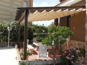 porche en terraza con vigas de madera y toldo