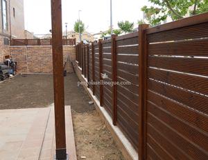 valla de madera tono mate delimitando la parcela de la casa