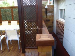 detalle de celosias en porche de madera