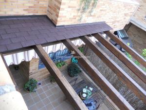 vista desde arriba de un tejado con porche de madera