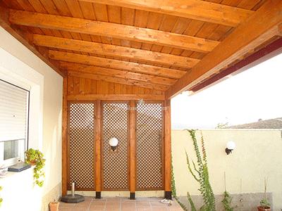 celosías de madera con techado para piso en urbanización de Madrid