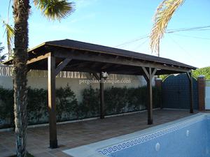 porche con tejado junto a piscina, hecho en madera tratada