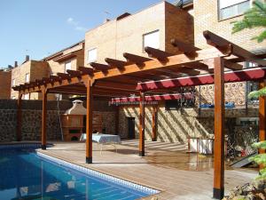porche de madera hecho al lado de la piscina