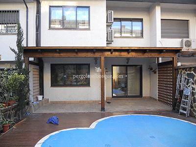 porche en madera adjunto a vivienda para aprovechar el espacio del patio