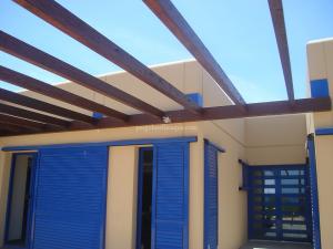 estructura de porche con las vigas de madera