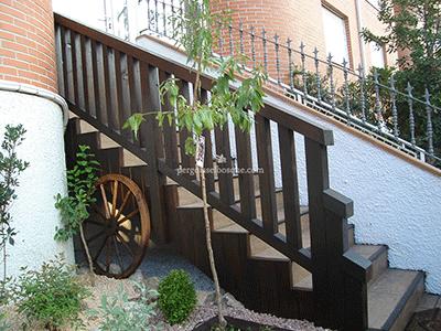 valla de madera para bajada al jardín