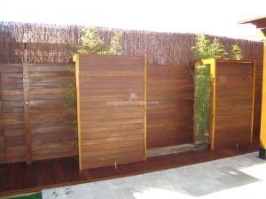 vallado de madera para zona de baños en piscina exterior