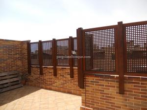 valla de madera sobre muro de ladrillo