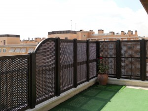 celosías decorativas para terraza sobre vallas de madera