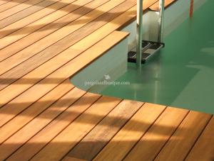 piscina decorada con suelo de madera en láminas