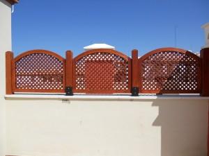 celosias de madera de tono rojo para separar terrazas