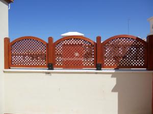 celosías de madera para separacion de terrazas y espacios abiertos