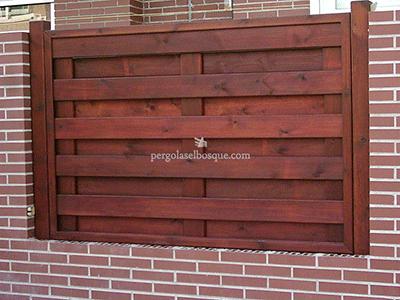 valla y cerramiento de madera a juego con el ladrillo