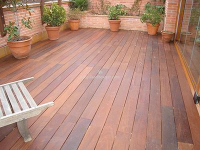 suelo de madera a juego con el ladrillo y las macetas