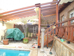 valla y estructura de madera adosadas a piscina y terraza