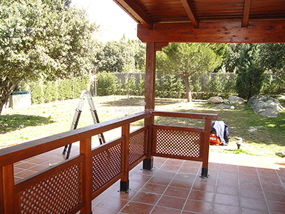 valla de madera con celosías a baja altura