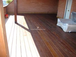 porche exterior con suelo de madera laminado