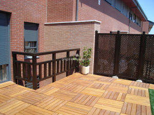 suelos de madera en cuadrados y celosias para separacion de terraza