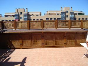 armarios y valla para terraza hechos con celosias decorativas en madera