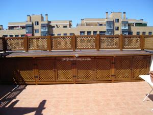 celosías de madera con tejadillo y decoración superior