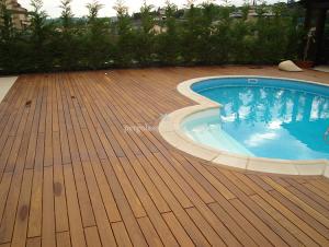 piscina con suelo de madera alrededor