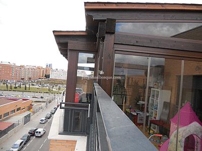 cerramiento en madera y cristal para terraza, obra realizada en Madrid en 2013 por Pérgolas El Bosque