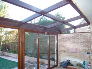 estructura de madera de pergola y cerramiento acristalado para jardín