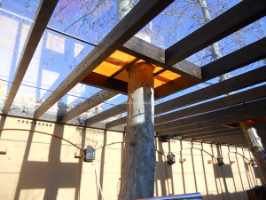 cerramiento de cristal en el techo de pergola de madera