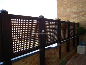 cerco de madera para terraza con celosías cuadradas