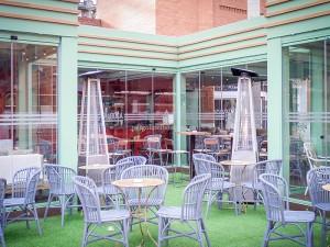 restaurante cerrado con estructura de madera y cerramiento de cristal