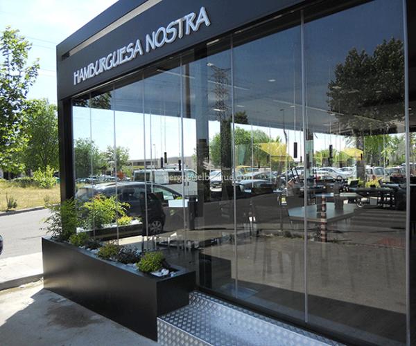 restaurante con puertas de cristal y estructuras de madera