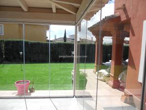 pergola exterior de jardin cerrada con puertas de cristal