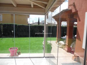 porche cerrado con puertas de cristal para jardin