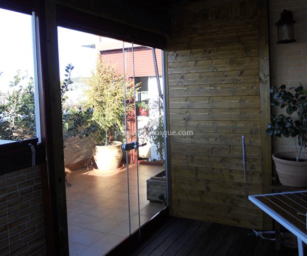 cerramiento acristalado de puerta corredera con estructura de madera