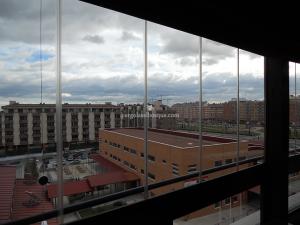 terraza cerrada con cristal en estructura de madera