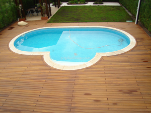 suelo completamente a medida de la piscina, en madera