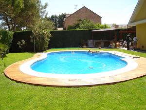 alrededores de piscina con suelo de madera
