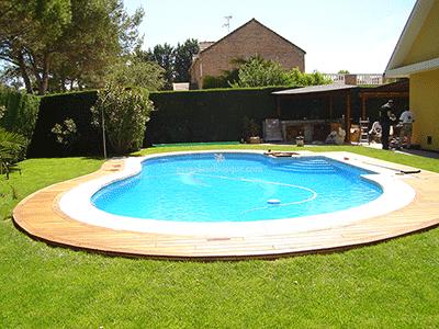 suelo de madera bordeando la piscina en chalet