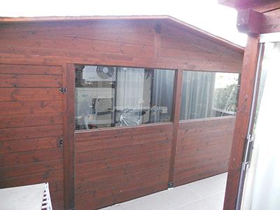 caseta de madera grande, con cerramientos acristalados